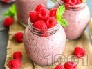 Рецепта Малинов чия пудинг с вкус на чийзкейк с гръцки йогурт, ядково мляко и сироп от агаве